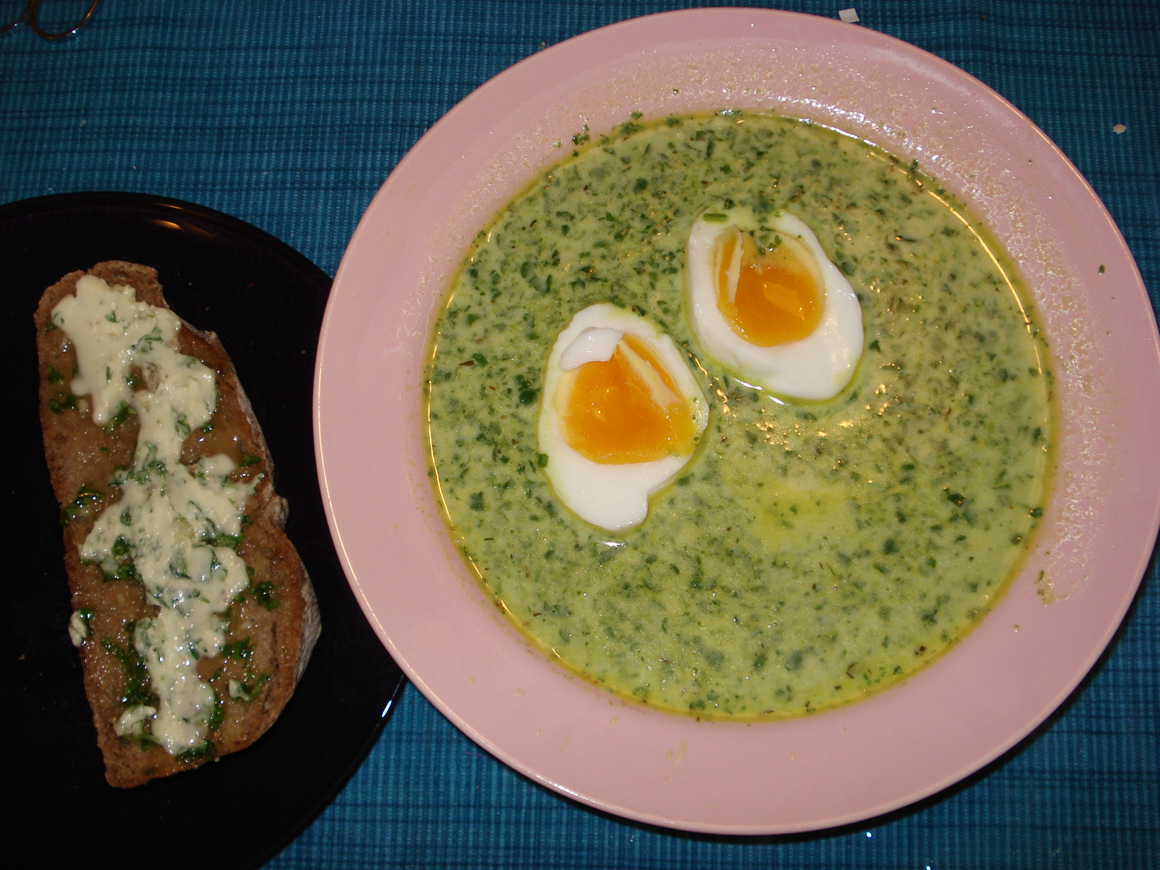 Spinach soup with eggs and garlic bread