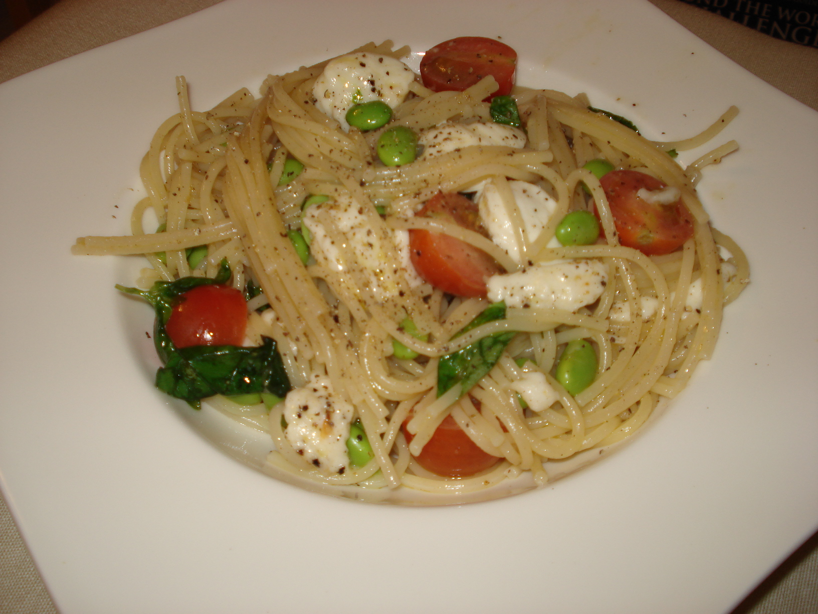 Spaghetti with mozzarella, soy beans and basil