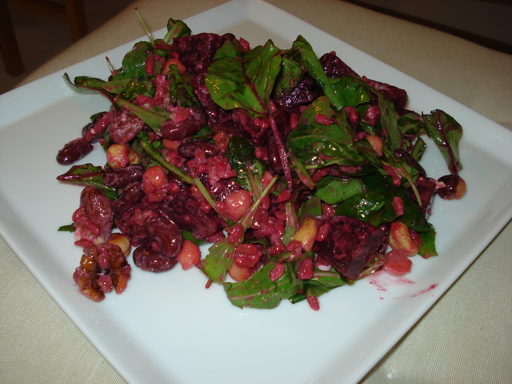 Salad with beets, nuts and blue cheese