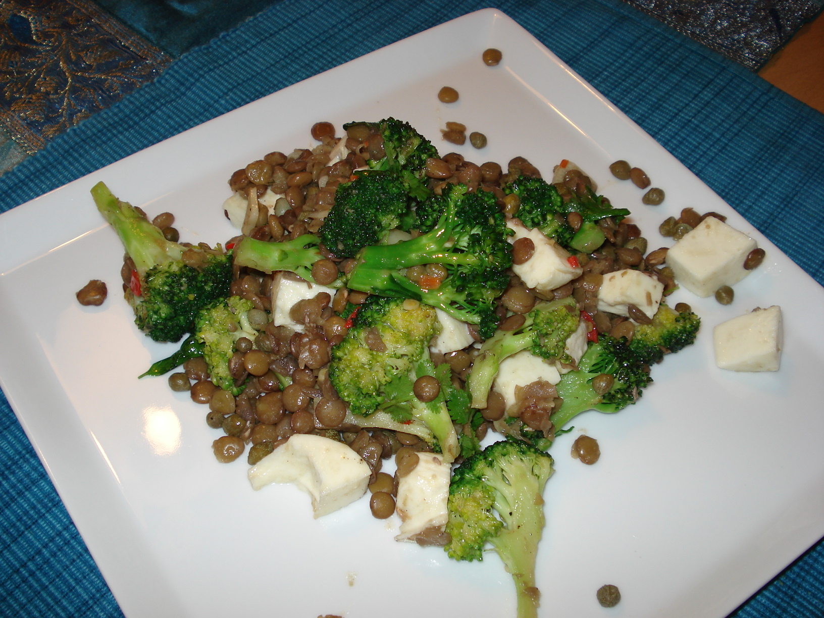 Chili and garlic-flavored bean salad with broccoli and mozzarella