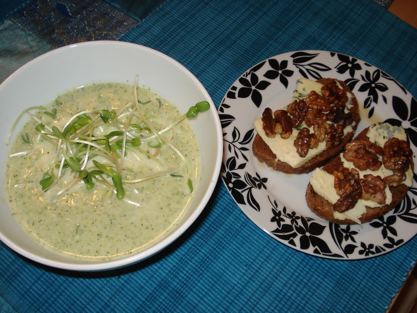 Broccoli soup with blue cheese toast