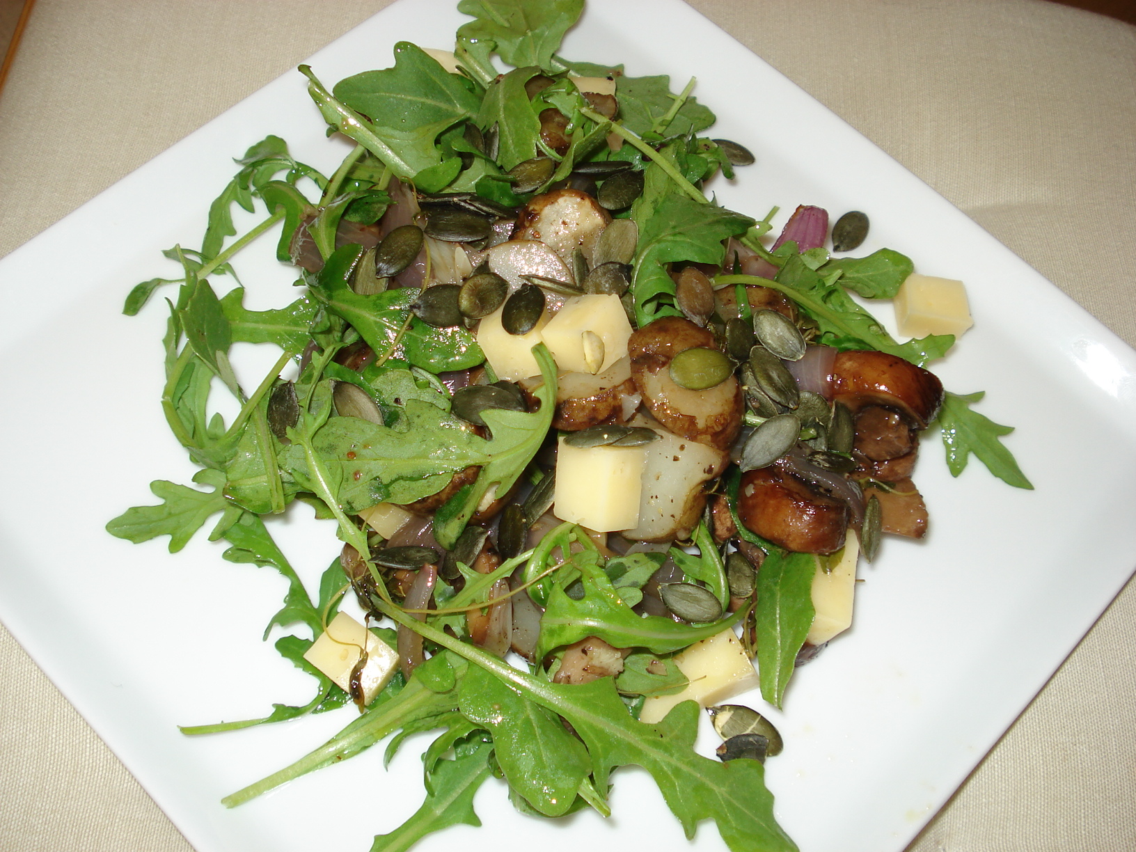 Oven-roasted salad with artichokes and mushrooms