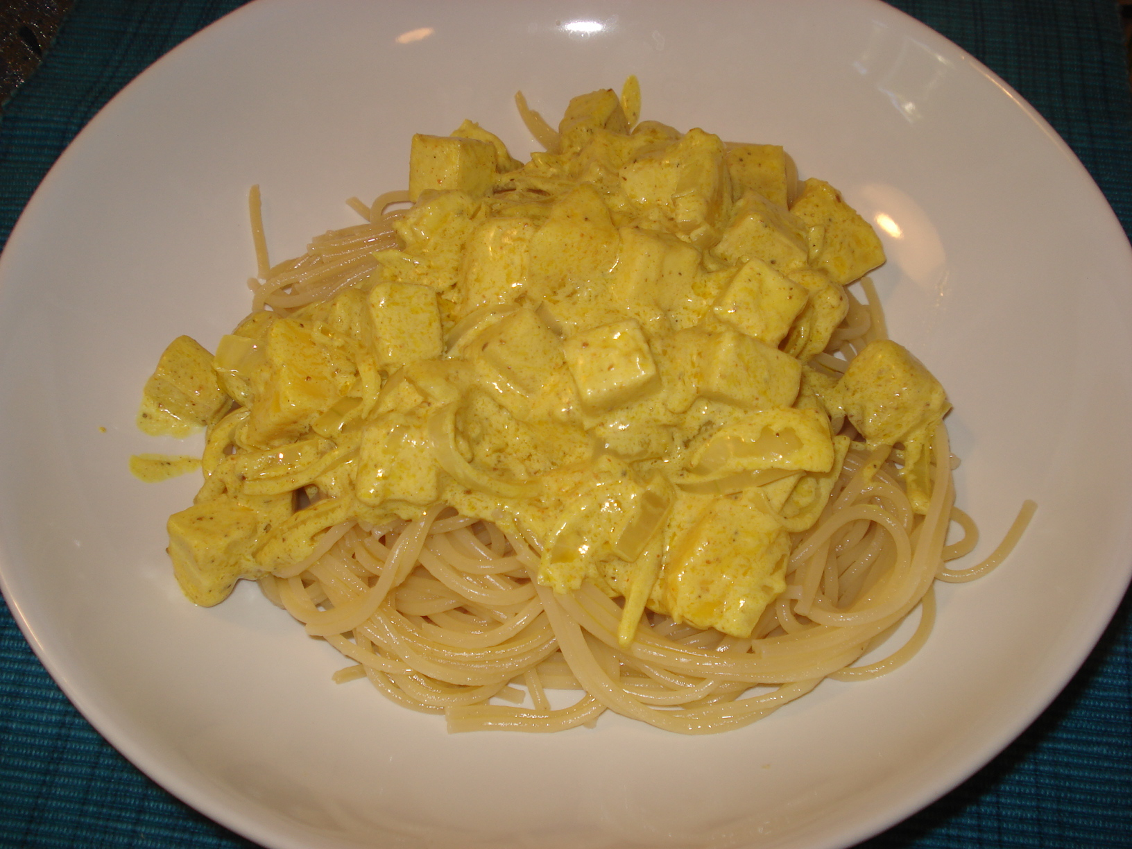 Creamy curry with tofu and mango