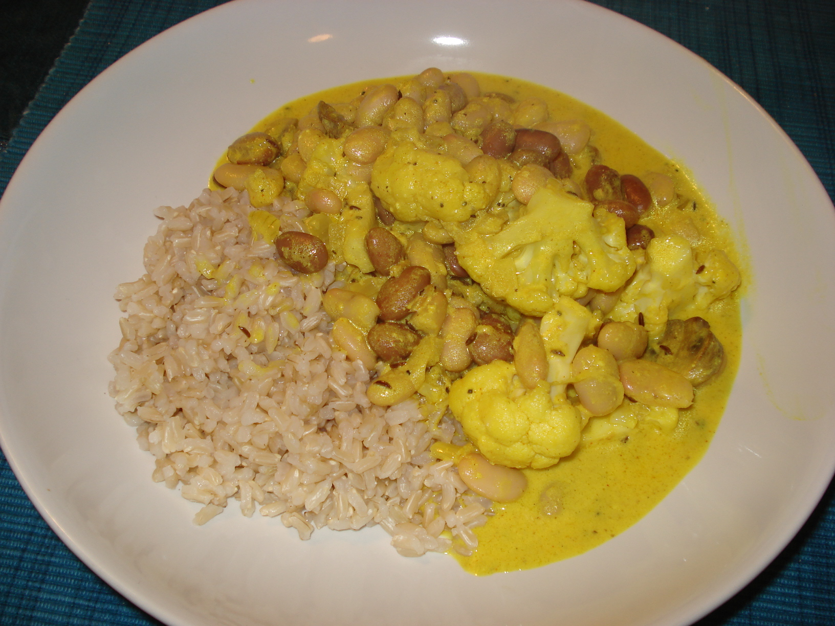 Yoghurt curry with cauliflower and beans